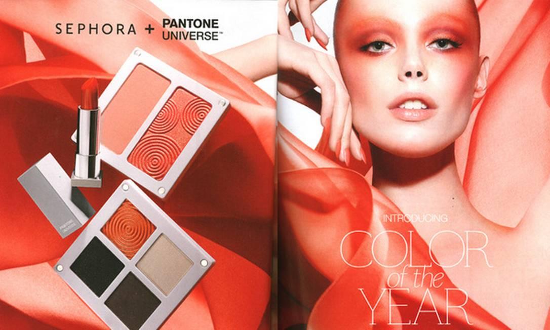 A Sephora resolveu vender sua coleção em parceria com a Pantone sacrificando as proporções da modelo da campanha. Repare no lado direito da foto: muitos erros numa imagem só Reprodução