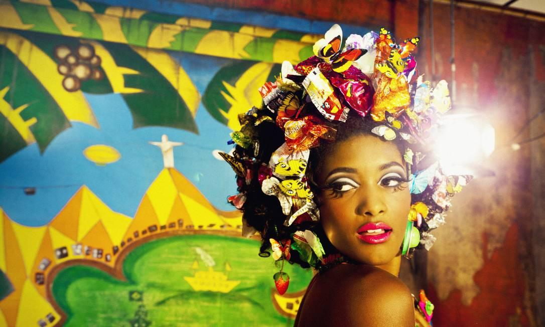 """""""Na série, assumi um olhar entre uma África pop e o hiper-realismo. Desconstruímos a luz, desiluminando, e montamos uma paleta de cores, que se tornou um dos pontos essenciais"""", diz o diretor. """"Neste ensaio, a ideia foi fazer uma imagem quase que chiclete, que dá vontade de pegar com as mãos, como se a Erika fosse uma boneca. Tem luz, cor, vida, alegria e efeitos em 3D"""" Foto: Terceiro / Luiz Fernando Carvalho"""