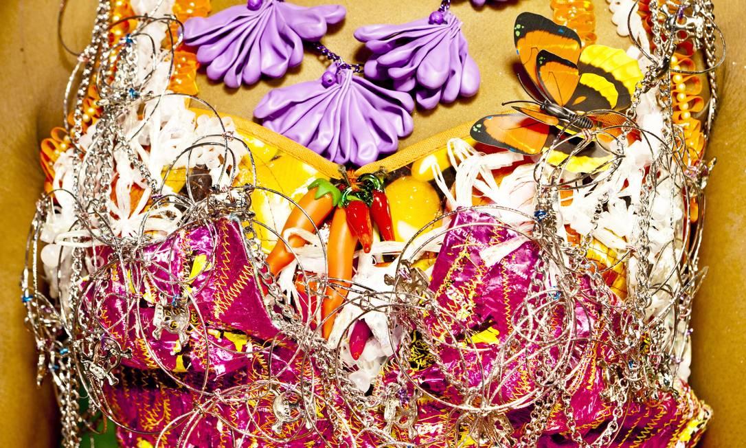O vestido - costurado com papel de bombom Sonho de Valsa - foi criado pelas figurinistas Luciana Buarque (pernambucana) e Thanara Schönardie (gaúcha) Foto: Terceiro / Luiz Fernando Carvalho
