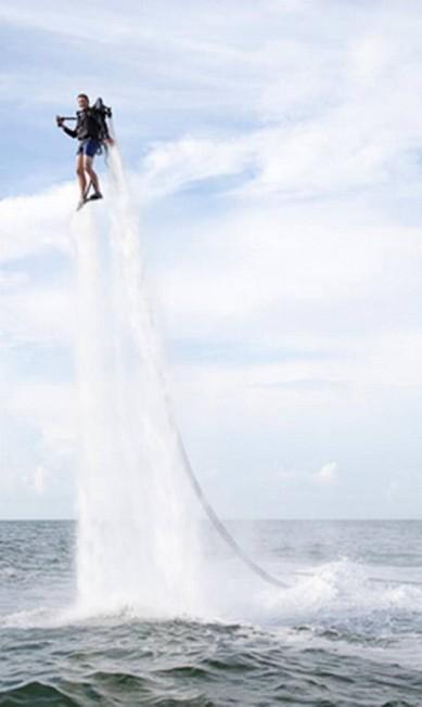 Que tal voar por US$ 99,5 mil (R$200 mil)? Esse brinquedinho propulsor para ser usado na água é mais emocionante que um iate Reprodução / Neiman Marcus