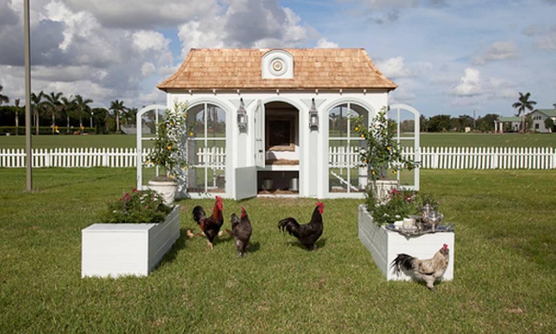 Um galinheiro inspirado em Versalhes é a opção da Neiman Marcus para os fazendeiros. O preço? US$ 100 mil (R$ 200 mil) Reprodução / Neiman Marcus