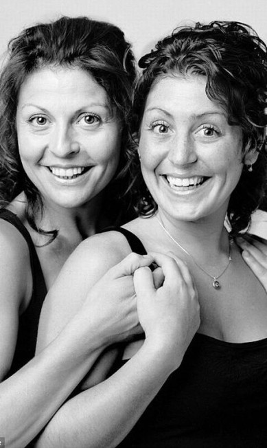Marie Chantal (à esquerda) e Nancy Paul, em Montreal, têm sorrisos muito semelhantes Reprodução