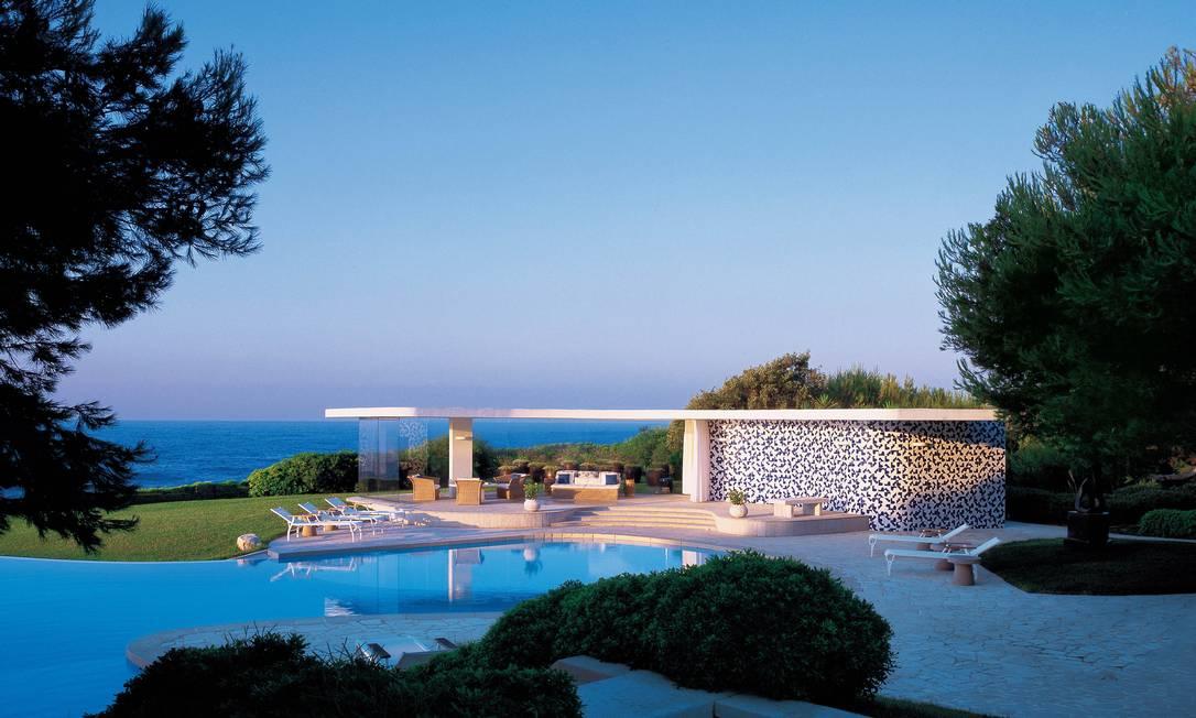 Casas Nara Mandadori, em Cap Ferrat, na França: o pavilhão da piscina repete a forma ameboide da cobertura da casa principal. Os paineis de azulejo foram desenhados por Athos Bulcão Terceiro / Divulgação