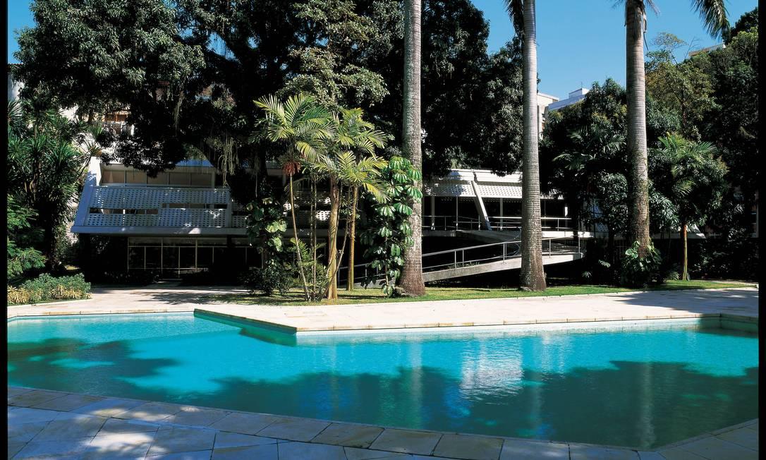 Na casa Leonel Miranda, no Rio, as sacadas salientes são adornadas com painéis perfurados em concreto que deixam passar a brisa e protegem da luz solar Terceiro / Divulgação