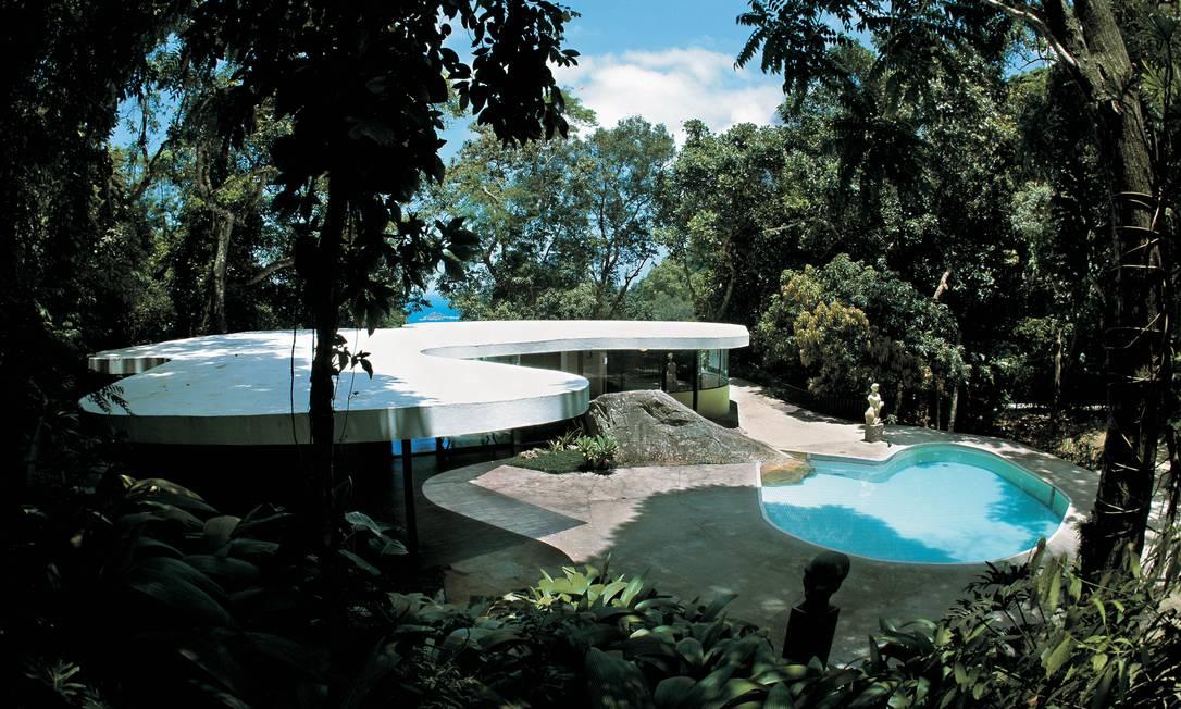 A emblemática Casa das Canoas, construída em 1953: vidros curvos e uma rocha que une piscina, sala de estar, a cobertura e a paisagem Terceiro / Reprodução