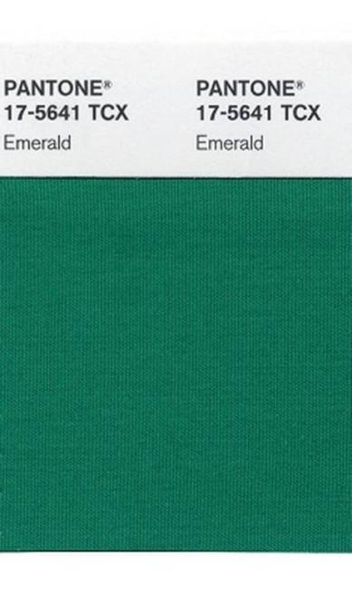 """Sai o laranja de 2012 e entra o verde-esmeralda em 2013. Segundo a Pantone, que tradicionalmente escolhe a cor do ano, o tom esmeralda """"aumenta a sensação de bem-estar e promove equilíbrio e harmonia"""". Veja nossa seleção de produtos com essa cor / Produção: Talita Duvanel AP Photo/Pantone"""