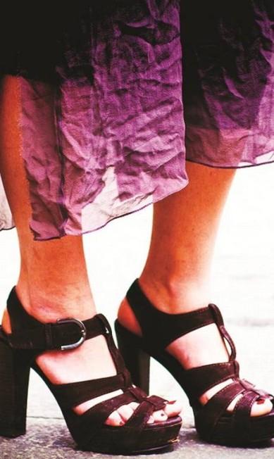 30) Sandaliona, poderosa, com plataforma bem estável, para alguma noite muito bacana. Se engana quem imagina que a carioca só usa rasteirinha. Os tempos hippies se foram com as dunas, nos anos 1970, mas as sandálias de corda tipo espadrilles sobreviveram, eternamente adoradas Divulgação