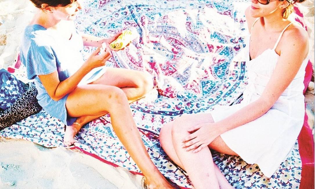 15) Canga tamanho king size. Pode ser comprada na praia mesmo, daquelas indianas. Onde senta uma sentam cinco Divulgação