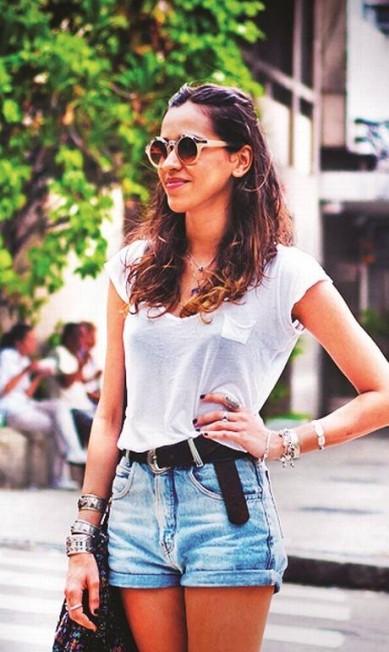 16) Uma penca de blusas básicas charmosas. De algodão e, vez ou outra, num modal bem chique. Quase todas brancas. Vício master da carioca Divulgação