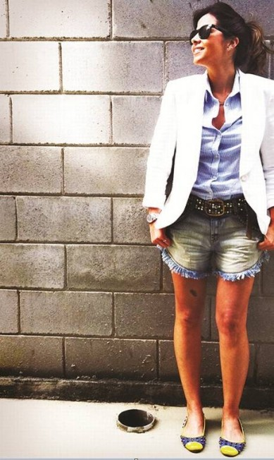 22) Um terno, com jeito de smoking, de corte moderno, que ela vai usar desmembrado. Quando separados, tanto o paletó como a calça se tornam curingas em múltiplas produções. Fazer conjuntinho, só naquelas raras ocasiões em que não tem jeito: tem que ser careta… Divulgação
