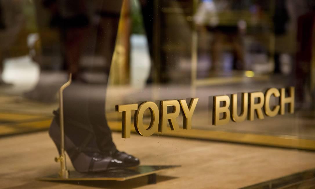 Detalhe da vitrine espelhada da Tory Burch. Esta é a primeira loja da grife na cidade Freelancer / Paula Giolito / O Globo