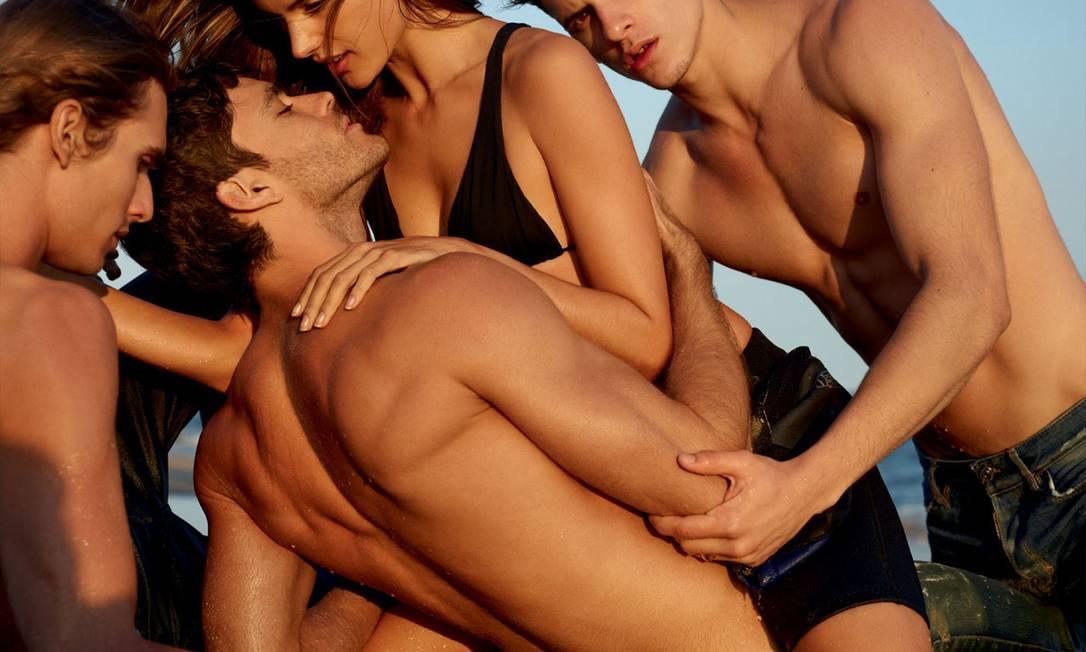 Além de Alessandra, o editorial é estrelado pelos modelos Bruce Machado, Diego Fragoso, Caio Cesar e Pedro Aboud Reprodução