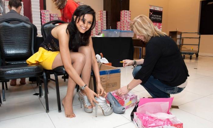 Já a Miss India Shilpa Singh prova sapatos VALERIE MACON / AFP PHOTO / MISS UNIVERSE ORGANIZATION