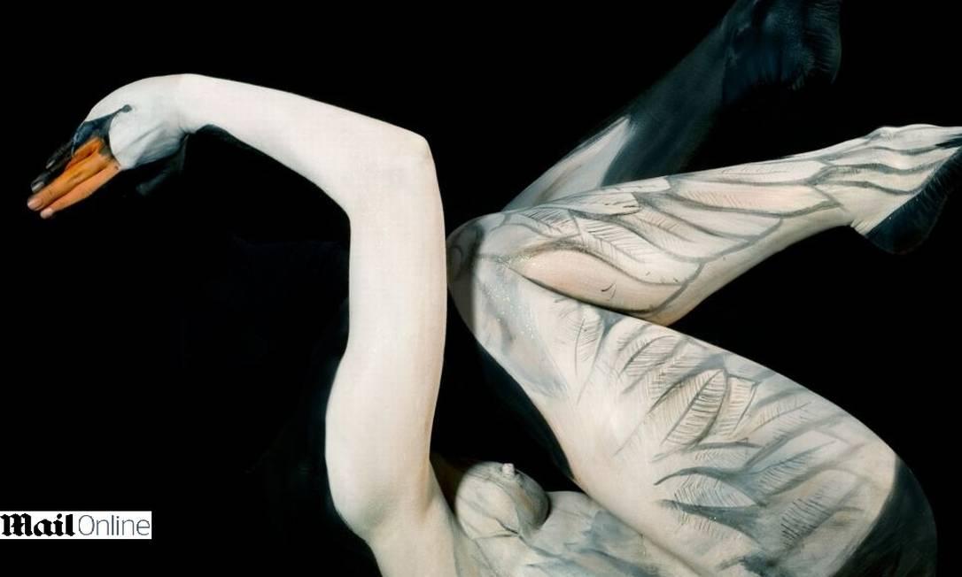 A artista alemã Gesine Marwedel, de apenas 25 anos, consegue produzir pinturas que são cheias de vida. Nesta foto, uma modelo é transformada em um cisne Reprodução Mail Online
