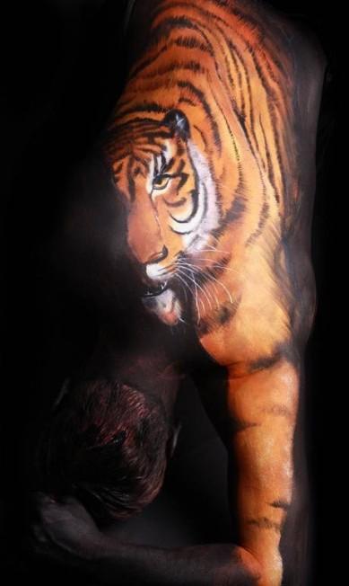 A pintura do tigre ganha movimento quando o modelo muda a pose Reprodução / Thomas van de Wall