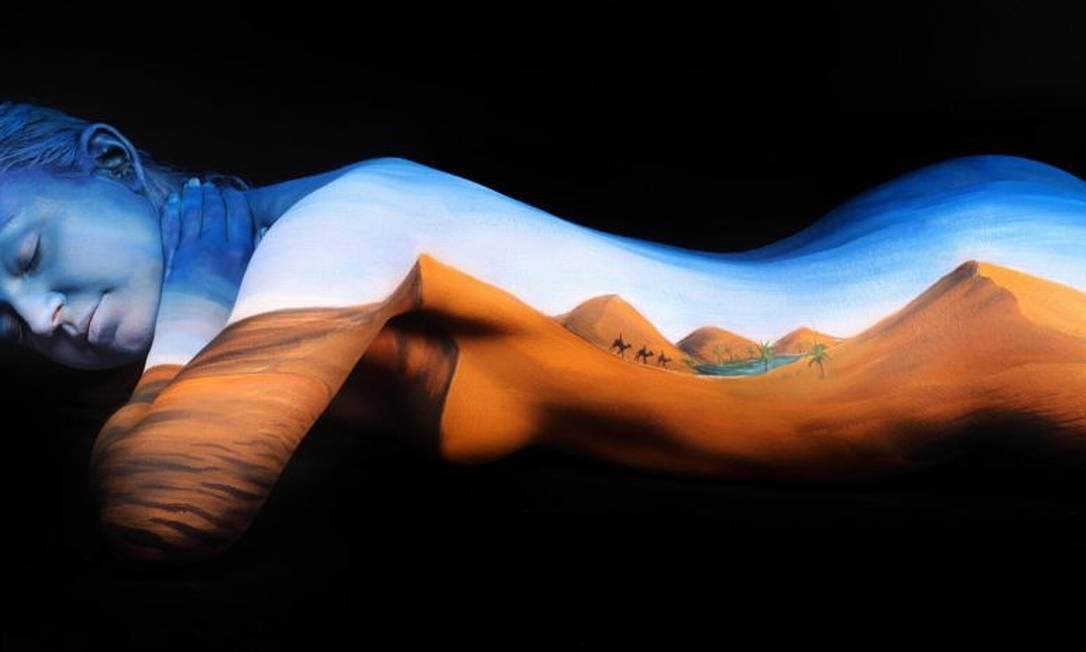 Sua incrível arte de pintura corporal transforma pessoas em seres vivos e paisagens em movimento Reprodução Mail Online