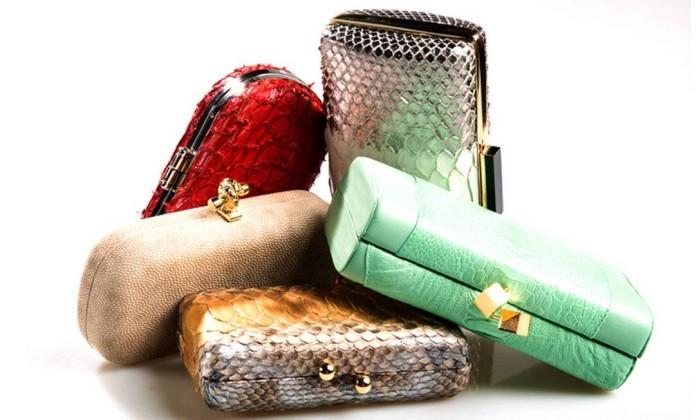 Com peles: clutch vermelha Marche D´Arty na Conceito A R$ 900 (Rua Aristides Espínola, 121/201), off-white Esse na Dona Coisa R$ 597 (Rua Lopes Quintas, 153), dourada de píton Hackamore R$ 710 (Shopping da Gávea), verde de pele de avestruz Osklen R$ 1.197 (Shopping da Gávea) e prata e branca de pele de cobra Zibba R$ 2.050 (Shopping Leblon) LeoMartins / Leo Martins / O Globo