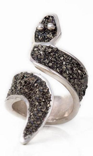 Anel prata reciclada, cimento e pó de pirita da Silvia Blumberg para Artecoletiva (21 2513-4181), R$ 530 Divulgação