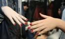 Modelos exibem as unhas decoradas da grife Acquastudio Foto: Paula Giolito / Agência O Globo