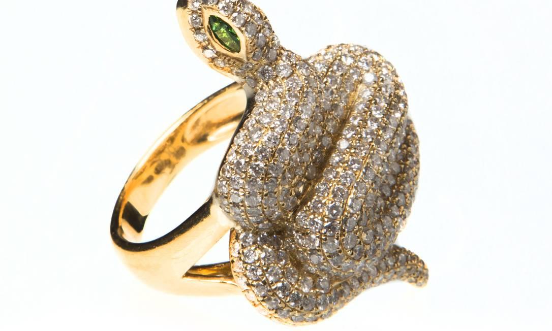 Anel de cobra, ouro amarelo 18k com brilhantes e esmeralda Marta Lage (21 3049-3930), R$ 15.100 Divulgação