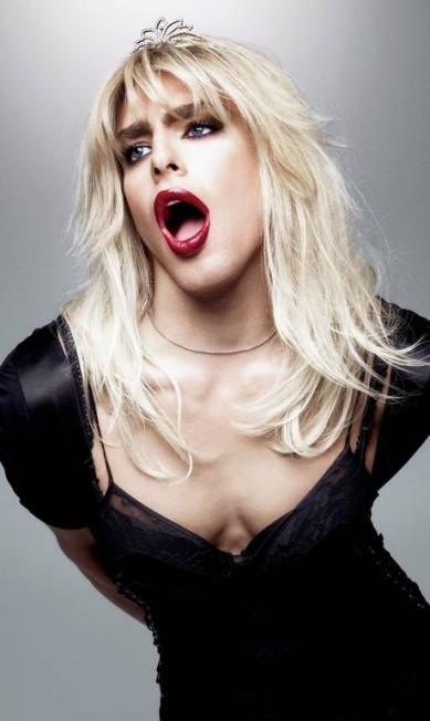 Cauã Reymond encarnou a roqueira Courtney Love, a polêmica viúva de Kurt Cobain. Terceiro / Jairo Goldflus