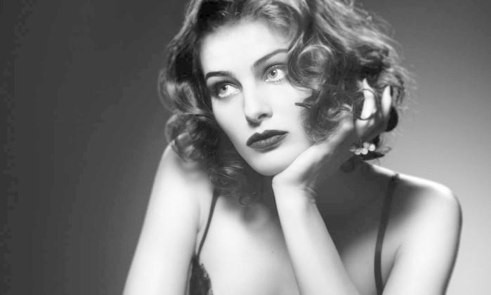 A top Isabeli Fontana misturando glamour e uma certa dose de enfado. Terceiro / Jairo Goldflus