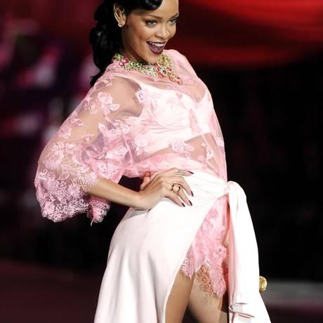 Rihanna: correria nos bastidores de desfile de lingerie Foto: Evan Agostini / AP