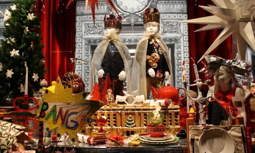 Rica em detalhes e produtos expostos, a loja se torna ainda mais luxuosa no Natal Reprodução Facebook / Selfridges