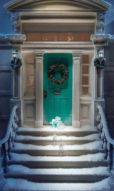 As lojas mais luxuosas do mundo já estão em ritmo de Natal. Em Nova York, a loja da Tiffany & Co na Quinta Avenida tem uma das vitrines mais decoradas. Reprodução Facebook / Tiffany