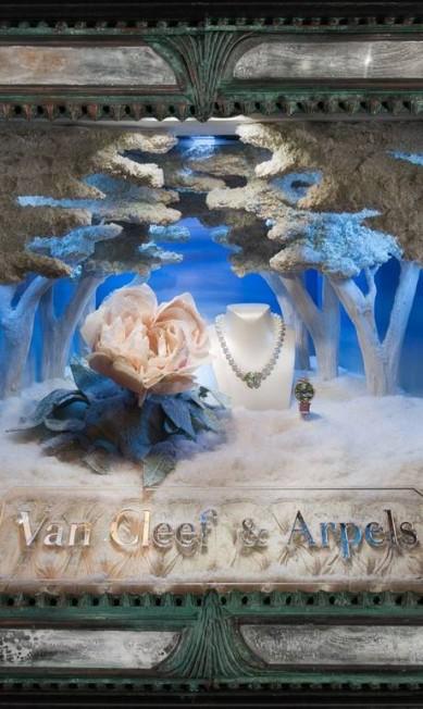 """A Van Cleef & Arpels decorou suas vitrines da Quinta Avenida com peças da sua nova coleção """"Palais de la Chance"""". Van Cleef & Arpels Facebook / Ricky Zahavi"""