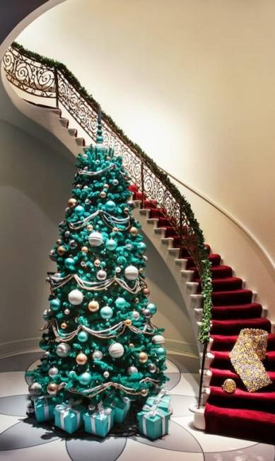 Quem não sonha com uma árvore dessas, cheia de presentinhos da Tiffany? Reprodução Facebook / Tiffany