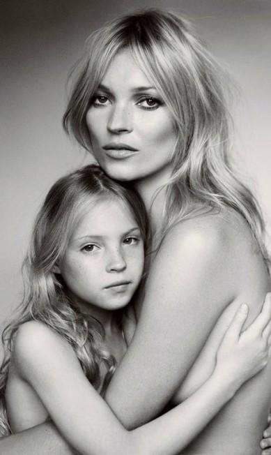 Do relacionamente de Kate Moss com o editor Jefferson Hack nasceu a menina Lila Grace, de 10 anos, que já demonstrou interesse em seguir a profissão da mãe Reprodução