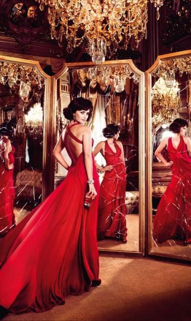 Abril: de vestido Zac Posen, Penélope posa em frente a espelhos quebrados. Ou seja: sete anos de azar Reprodução