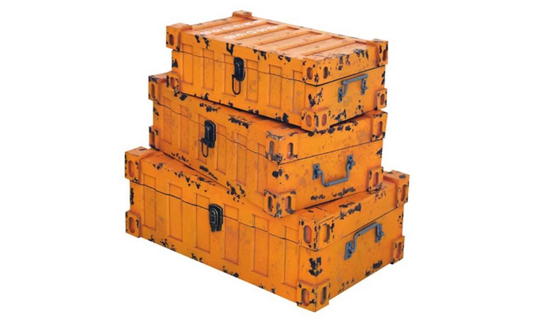 Mala-contêiner em madeira pintada. Grande por R$ 1.090, média por R$ 810 e pequena por R$ 790, na Rosa Kochen Reprodução