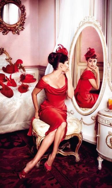 Junho: Penélope, vestida de Vivienne Westwood, parece não se importar em colocar chapéus sobre a cama Reprodução