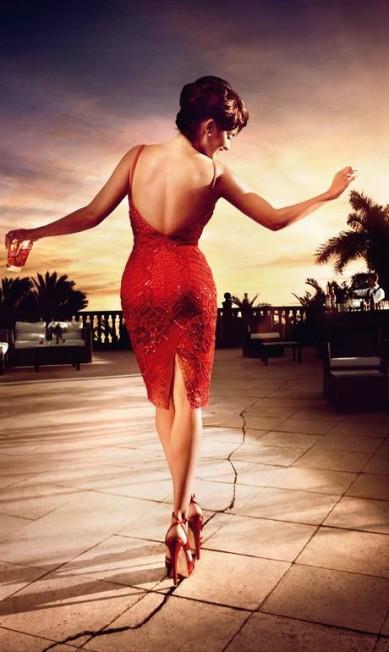 Setembro: de vestido Emilio Pucci e sandálias Salvatorre Ferragamo, a atriz pisa em uma imensa rachadura Reprodução