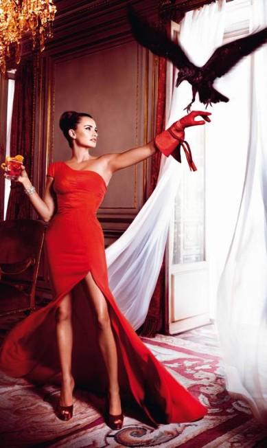 Julho: atenta às tendências, Penélope surge de fenda generosa, em um longo de Zac Posen, e parece não se importa com o pássaro voando dentro de casa Reprodução