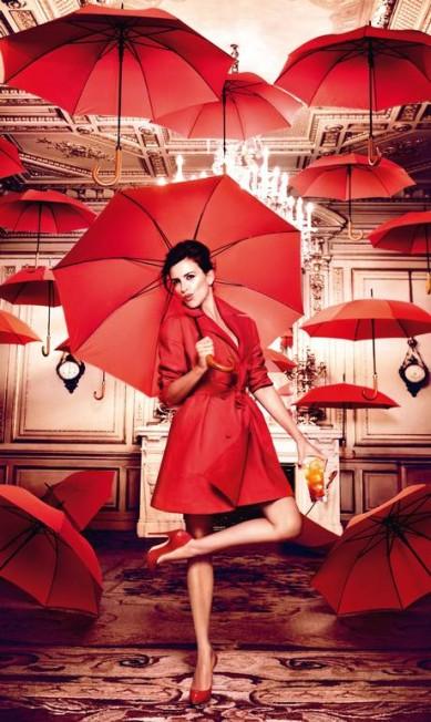 Março: de trench coat Alaïa, Penélope abre guarda-chuvas dentro de casa Reprodução
