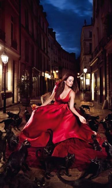 Janeiro: cercada de gatos pretos, a atriz espanhola surge deslumbrante em um longo vermelho assinado pelo estilista Zac Posen Reprodução
