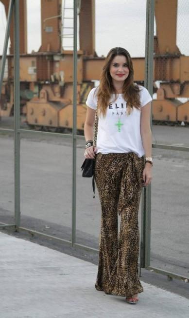 Já a empresária e blogueira Camilla Marins, de 31 anos, apostou em uma oncinha em versão mais mínima na calça, que foi comprada no ateliê de uma amiga. Completam o look a blusa Luly's e a bolsa Chanel Laura Marques