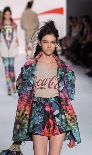 Como outras grifes fizeram nesta edição, a Coca Cola Clothing também apostou em alguns hits da atual estação, como o conjuntinho estampado e o top cropped Monica Imbuzeiro/Agência O Globo