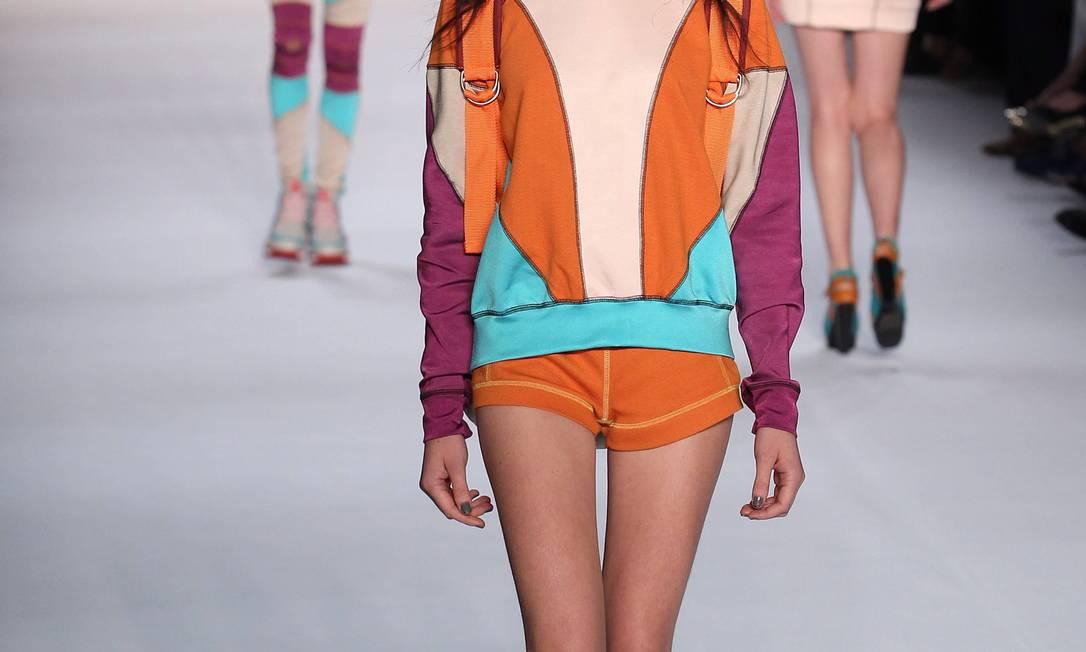 Conjuntinhos misturavam cores quentes com tons mais frios e o nude, em recortes geométicos Monica Imbuzeiro/Agência O Globo