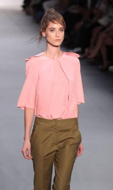 Calça de alfaiataria e blusa desconstruída bem ao estilo da estilista Monica Imbuzeiro/Agencia O Globo