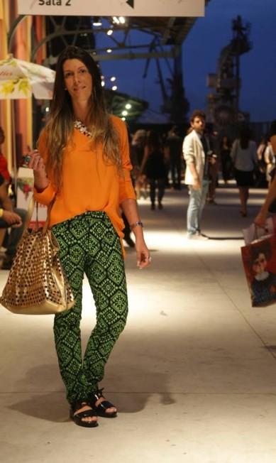 Ana Maria Falcão, 29 anos, é designer de estampas e, claro, aderiu à tendência das calças com padronagens. Para finalizar, blusa da Zara, sandália Melissa e bolsa New Order Laura Marques
