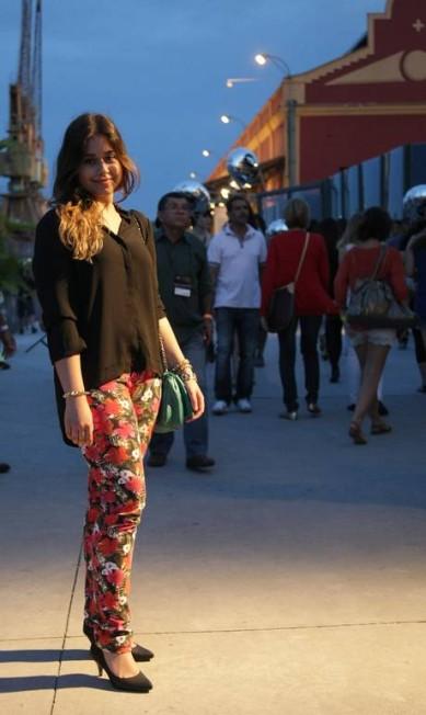 A blogueira Patrícia Esteves, 23 anos, também apostou no preto da blusa H&M, da bolsa Farm e do escarpim Schutz para realçar a calça Renner. Laura Marques
