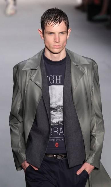 As blusas vieram curtas, deixando aparente o cinto. Quando mais longas, eram sobrepostas com jaquetas e sobretudos. Monica Imbuzeiro / Agencia O Globo