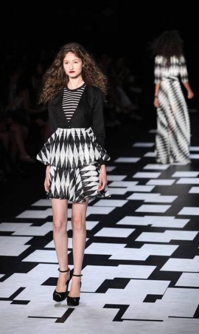 Nica usou tecidos de alfaiataria para fazer vestidos e saias com babados Fabio Rossi / Fabio Rossi/Agencia O Globo