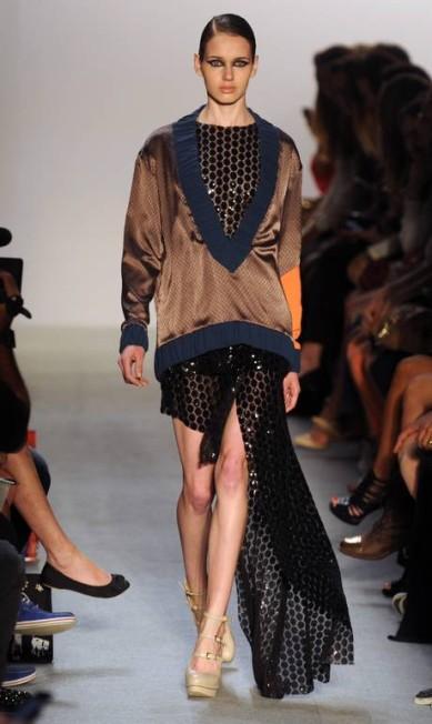 Vestidos brilhosos e transparentes ganharam a companhia de blusas de modelagem solta ANTONIO SCORZA / Monica Imbuzeiro / O Globo