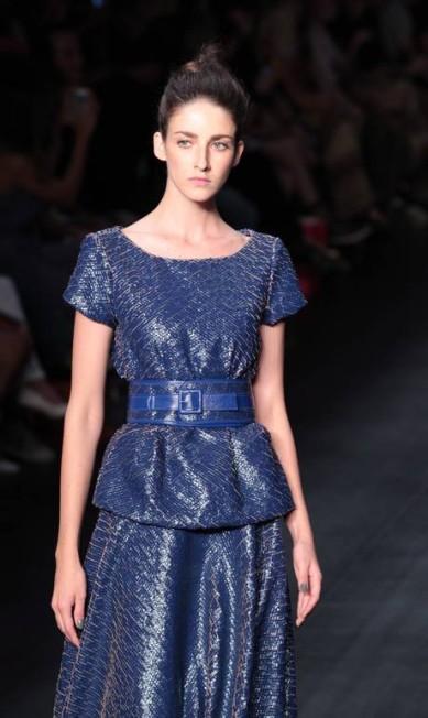 Vestidos estruturados com cintura marcada deram o toque feminino da coleção Monica Imbuzeiro / O Globo