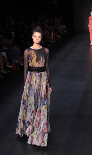 A estampa pincelada dos acessórios também aparecei em vestidos Monica Imbuzeiro / O Globo